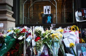 David Bowie fans left tributes to him outside his New York City apartment building. (Photo: Getty Images)